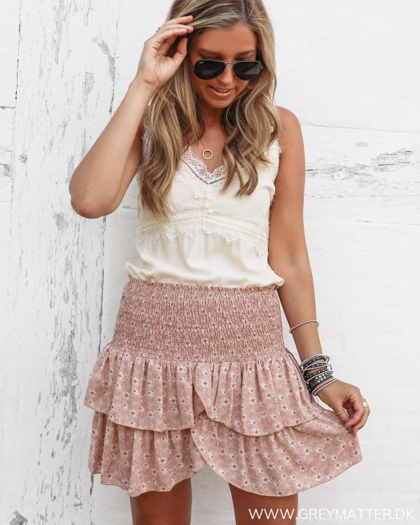 Nederdel fra Neo Noir set forfra stylet med smuk blondetop fra Vila