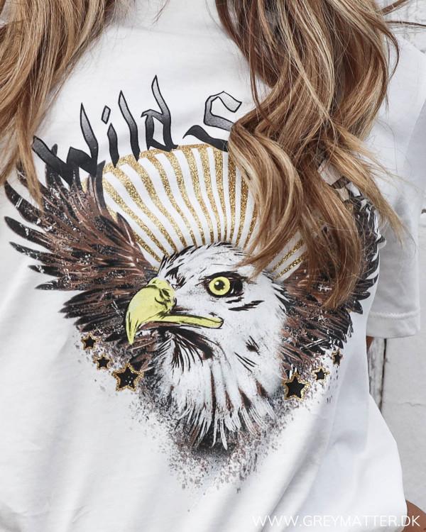 Hvid t-shirt med ørne print fra Vila set tæt på