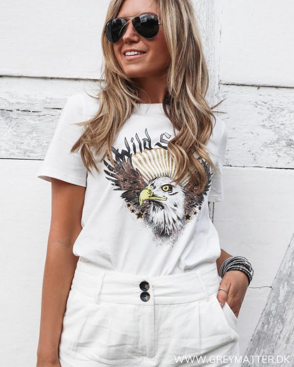 Hvid t-shirt med ørne print set forfra