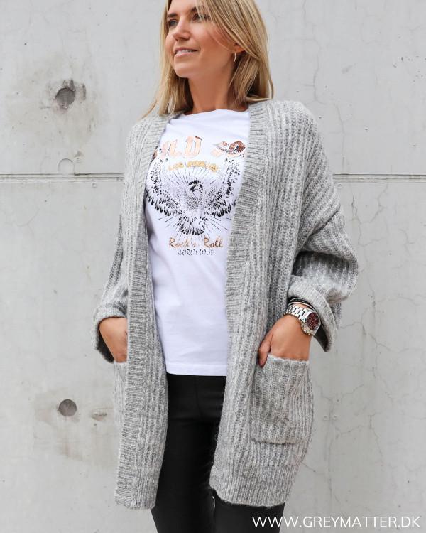 Lækker strik cardigan i grå, stylet med hvid ørne t-shirt