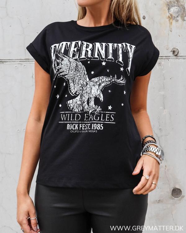 Ørne t-shirt fra Vila i sort med hvid tekst