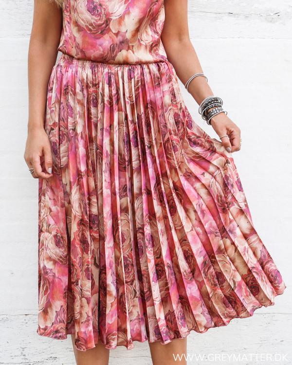 Karmamia plisse nederdel med blomsterprint set forfra