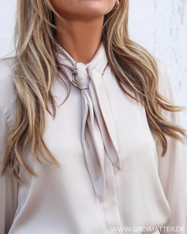 Karmamia skjorte set tæt på med fokus på bindebåndet i halsudskæringen