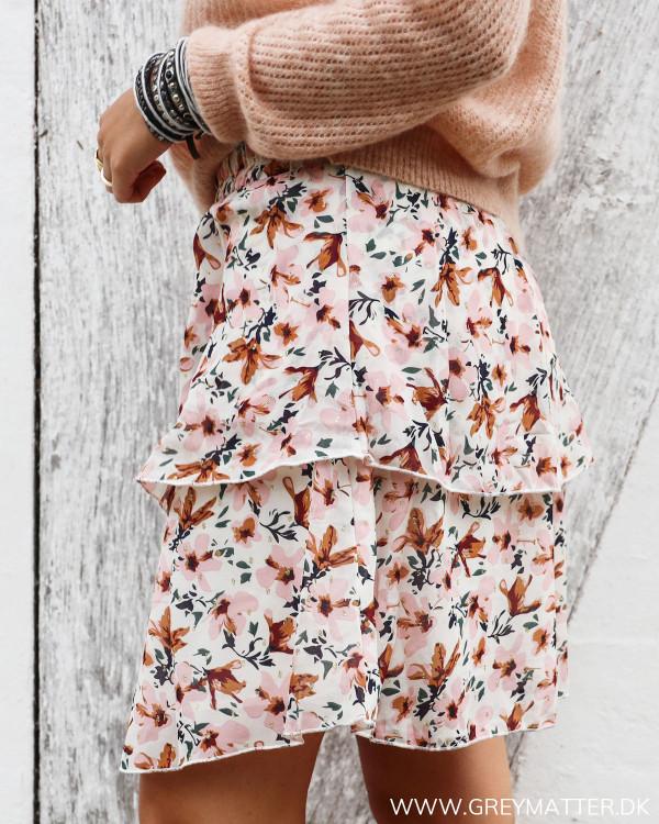 Nederdel med blomster print set fra siden