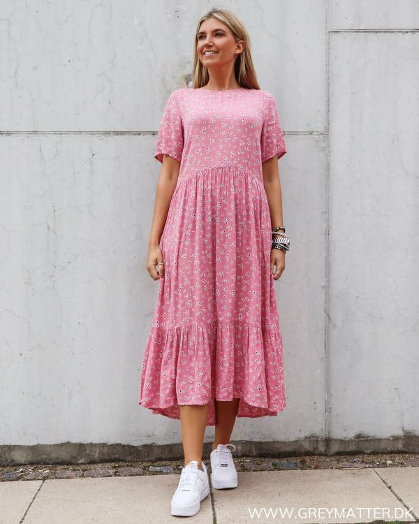 Kjole fra Vila med blomster print i lyserød
