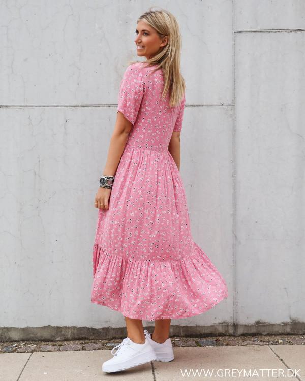 Lyserød kjole med blomsterprint fra Vila