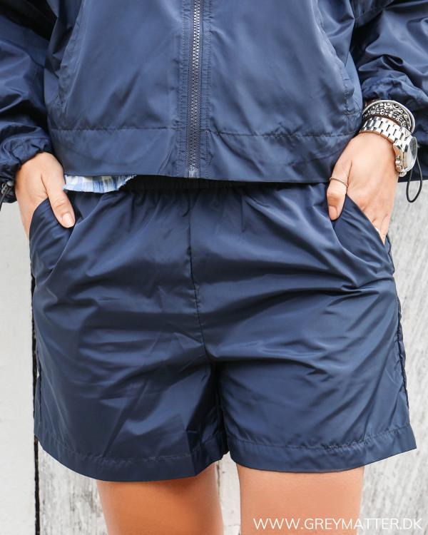 Regn shorts fra Vila i mørkeblå set forfra