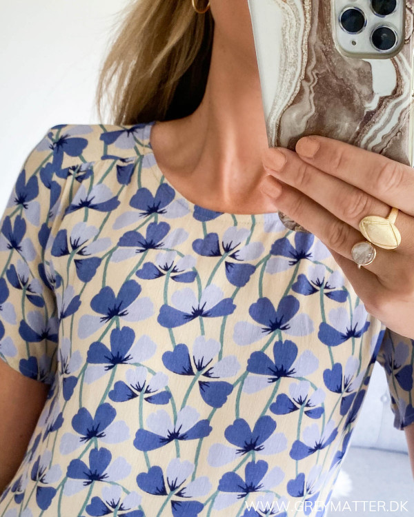 Midi kjole fra Pieces set tæt på ved halsudskæring