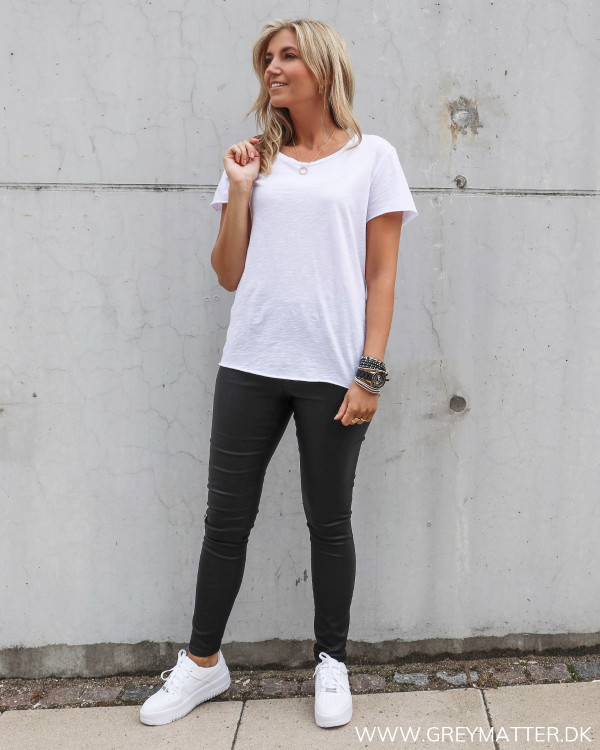 Hvid basis t-shirt fra My essential wardrobe stylet med sorte Vila leggings