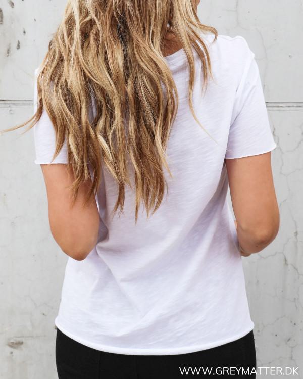 Hvid t-shirt til damer med cool detaljer