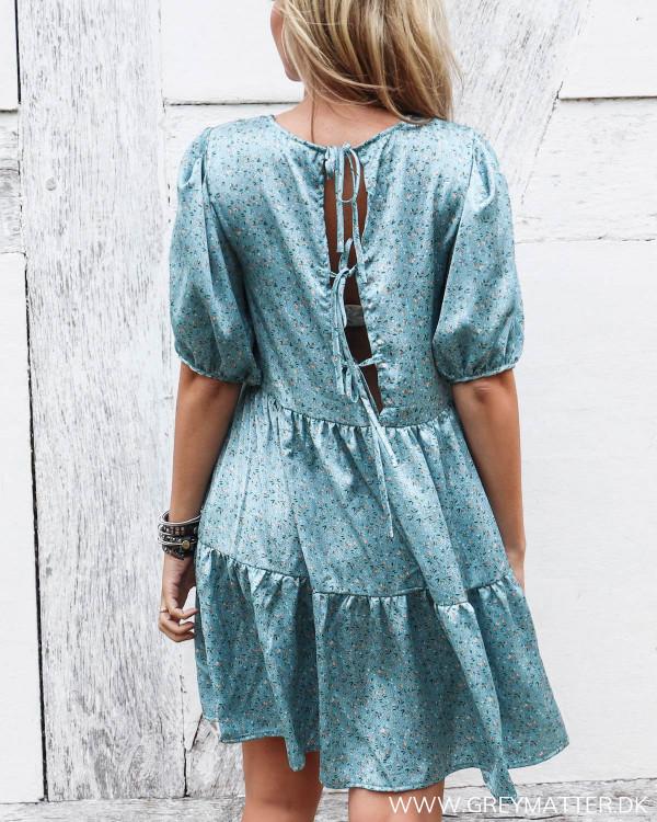 Blå kjole fra Vila med åben ryg og bindebånd