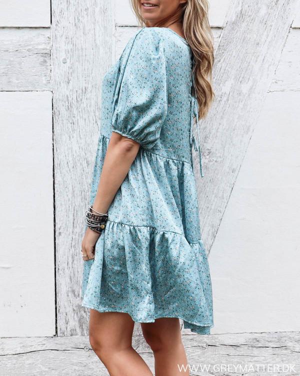 Blå kjole fra Vila med print set fra siden