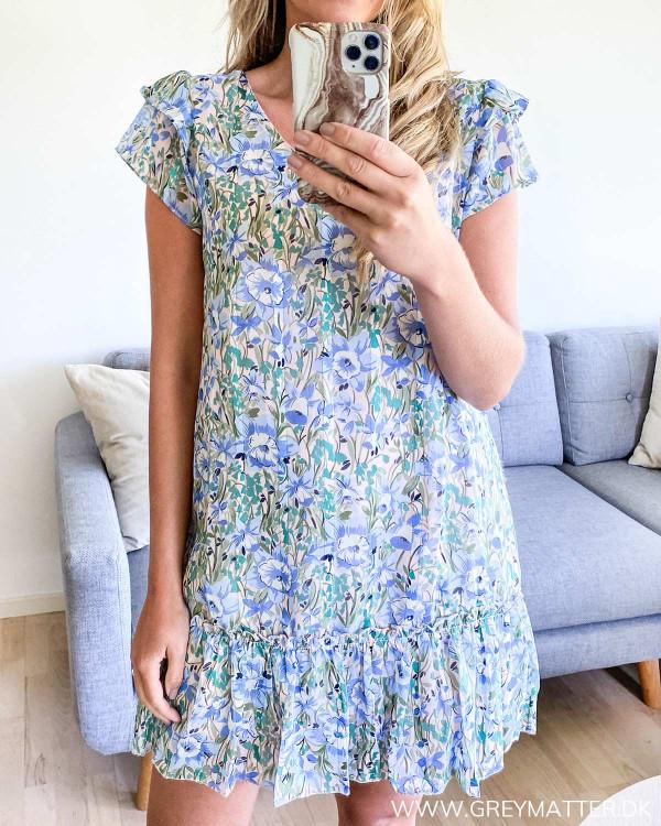 Blå kjole med blomsterprint