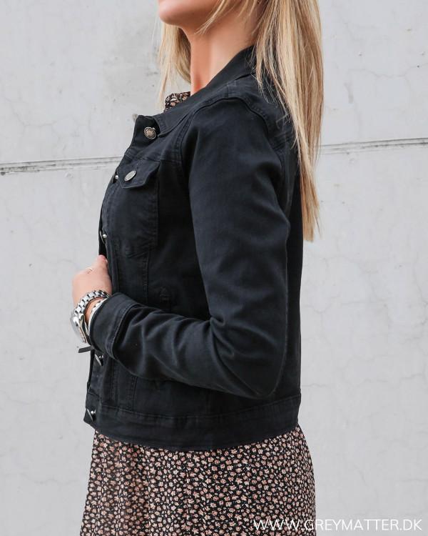 Sort jakke til damer, der bruges udover kjoler