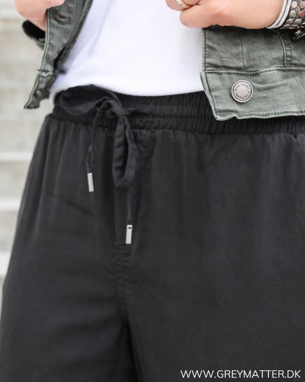 Dame bukser i sort med elastik i taljen