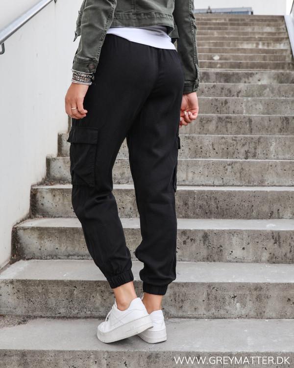 Cargo bukser i sort med lommer på siden