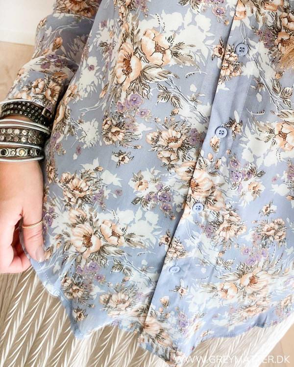 Blå skjorte med blomsterprint