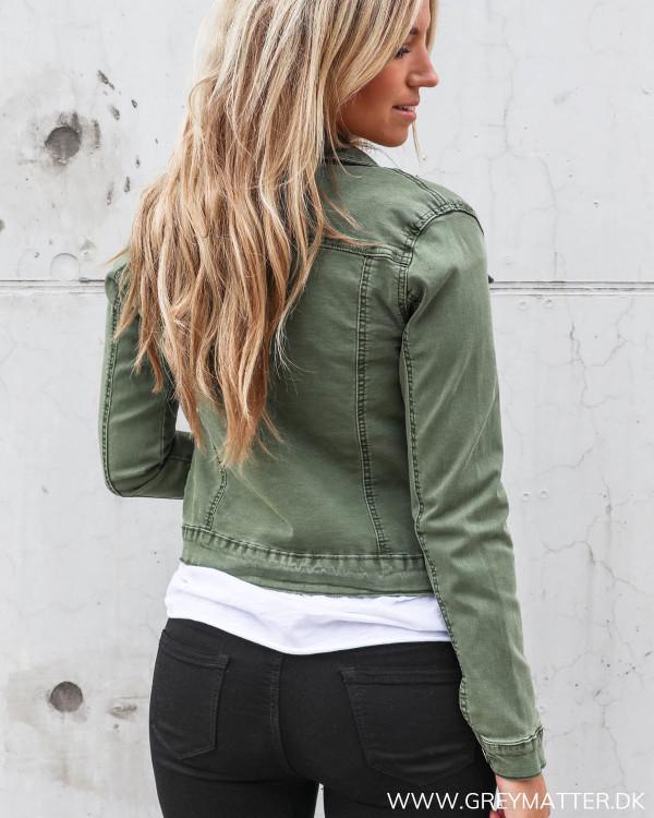 Grøn jakke set bagfra