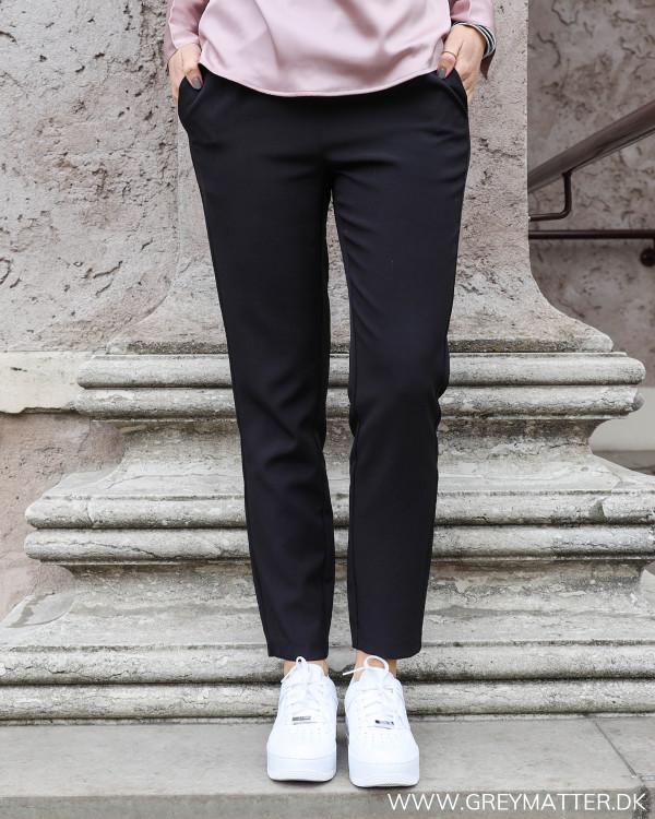 Neo Noir sort suit pants til damer set forfra