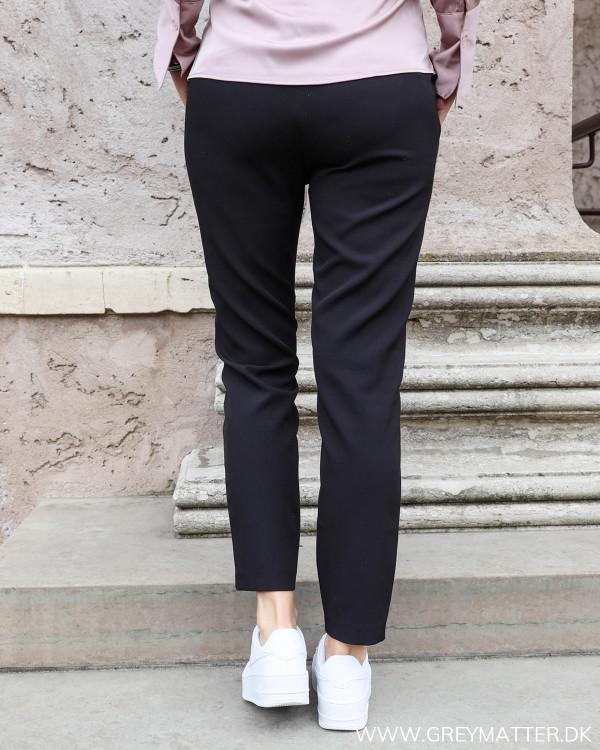 Neo Noir sort suit pants til damer set bagfra
