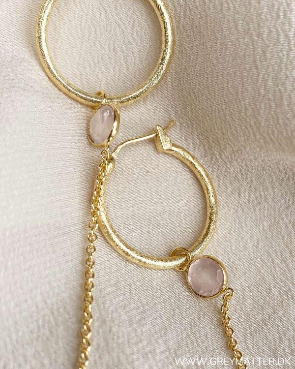 Flotte øreringe med rosafarvet sten