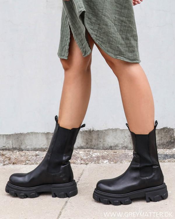 Apair chunky black boots set fra siden