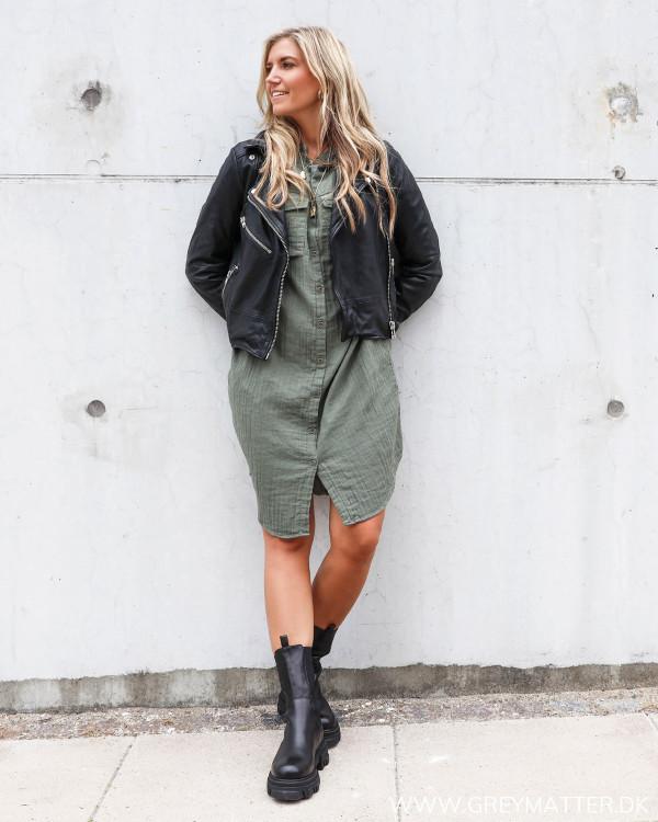 Apair chunky boots stylet med skindjakke og neo noir kjole