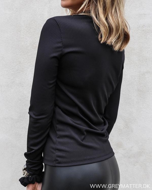 Sort bluse med blonder fra Neo Noir