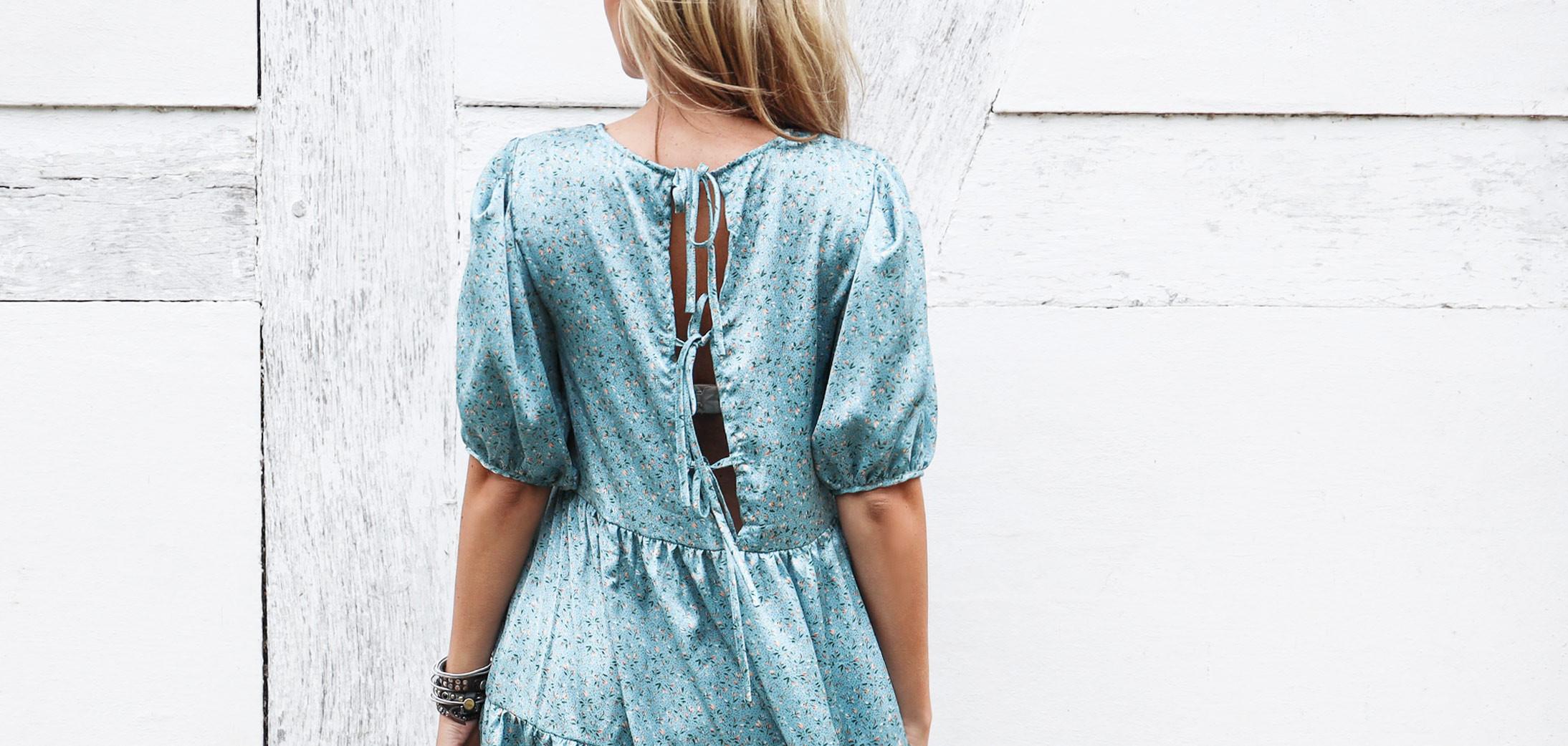 Smuk blå kjole fra Vila med blomsterprint